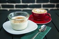 Melkwoestijn met koffie wordt gediend die Stock Foto