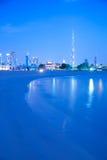 Mellanösten, Förenade Arabemiraten, Dubai, stadshorisont & Burj Khalifa på skymning från den Jumeirah stranden Arkivbild