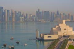 Mellanösten, Qatar, Doha, museum av islamisk konst & centralt finansiellt område för västra fjärd från östligt fjärdområde Royaltyfri Bild