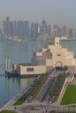 Mellanösten, Qatar, Doha, museum av islamisk konst & centralt finansiellt område för västra fjärd från östligt fjärdområde arkivbilder