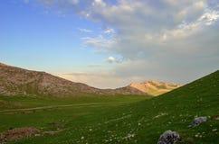 Mellan bergen Fotografering för Bildbyråer