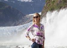 Mellan glaciären och vattenfallet Royaltyfri Foto