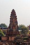 Mellan historia och modernitet Fördärvar av en buddistisk tempel i en modern stad Fotografering för Bildbyråer