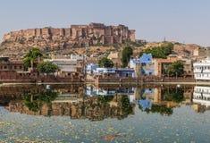 Mellan New Delhi och Pakistan, en desertic region som är berömd av dess slottar, dess färgrika folk och de sofistikerade stepwell fotografering för bildbyråer