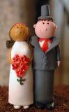 Mellan skilda raser bröllopstårtagarnering Royaltyfri Bild
