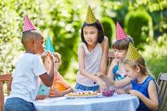 Mellan skilda raser grupp av att fira för ungar royaltyfri foto