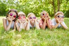 Mellan skilda raser grupp av ungar arkivfoton