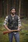 Mellan skilda raser jägare i skogen Arkivfoto