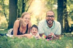 Mellan skilda raser lycklig familj Arkivfoto