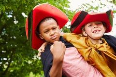 Mellan skilda raser vänner i karneval Arkivbilder