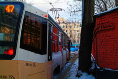 Mellan spårvagnen och väggen Royaltyfria Foton