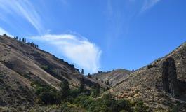 Mellan två kullar Arkivbild
