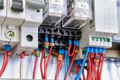 Mellanliggande elektriska relär, strömkretssäkerhetsbrytare i elektriskt kabinett royaltyfri bild