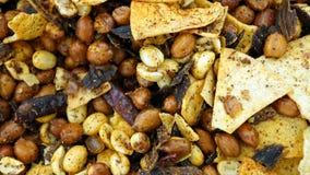 Mellanmål av jordnötter, chiper och kyligt Royaltyfri Bild
