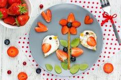 Mellanmål eller efterrätt för bär för ny frukt för sommar för ungar Arkivfoton