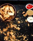 Mellanmål för ett parti, sunda chiper med en tortilla, nachos med sa Royaltyfri Foto