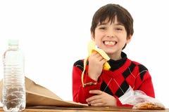 mellanmål för pojkelunchskola Royaltyfri Foto