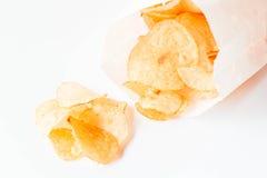 Mellanmål för potatischiper som ut faller Arkivfoton