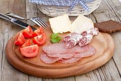 mellanmål för salami för brödost hurtigt Arkivbild