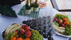 Mellanmål för vin på buffétabellen stock video