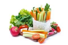 Mellanmål - grönsaker med yoghurtsås i ett exponeringsglas och nya örter royaltyfria foton