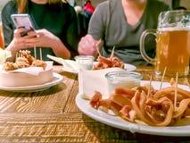 Mellanmål och öl i en restaurang arkivfoton