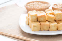 Mellanmål och efterrätt, kinesiska traditionella djupa Fried Tofu eller stekt Royaltyfri Bild