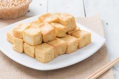 Mellanmål och efterrätt, kinesiska traditionella djupa Fried Tofu eller stekt Royaltyfria Bilder
