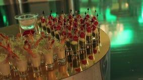 Mellanmål på buffétabellen, Canapes av ostgrönsaker kött och skaldjur, exponeringsglas med havs- mellanmål, bankettmaträtt stock video
