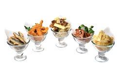 Mellanmål till öl i glasföremål som isoleras på vit bakgrund Chiper mellanmål, skorpor, torkade kött, stekt fisk Royaltyfria Foton