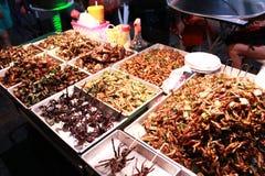 Mellanmålet shoppar på den Khao san vägen Arkivbilder