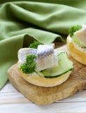 Mellanmålsmörgåsar med sillen Royaltyfria Foton