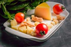 Mellanrum för Caesar sallad Romano för parmesanost, för körsbärsröda tomater, höna- och sallad royaltyfria bilder