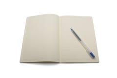 Mellanrum fodrad anteckningsbok med blåttpennan Arkivbild