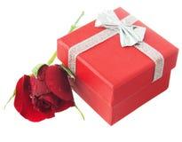 Mellanrum hälsningkort, tomt vitt kort, valentin liten röd ro arkivbild