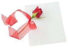 Mellanrum hälsningkort, tomt vitt kort, valentin liten röd ro arkivfoton