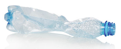 Mellanrum skrynklig plast- flaska som isoleras på vit Royaltyfri Foto