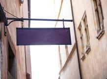 Mellanrumet undertecknar i den gamla staden av Prague fotografering för bildbyråer