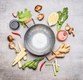 Mellanrumet wokar pannan och ingredienser för kinesisk eller thailändsk matlagning, bästa sikt arkivfoton