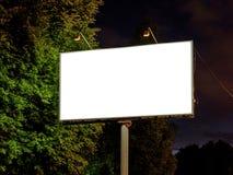 Mellanrumsåtlöje upp den vita tomma affischtavlan arkivfoton