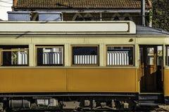 Mellanrumsaffischtavlaåtlöje upp över den gamla spårvagnstaden turnerar annonsering arkivbild