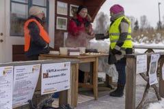 Mellansel,瑞典-火星07,2018 :妇女与cloudber的出售奶蛋烘饼 库存照片