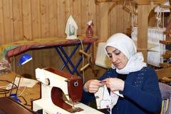 Mellansel, Suécia - fevereiro 02,2017: Mulheres do refugiado que trabalham com h Fotografia de Stock Royalty Free