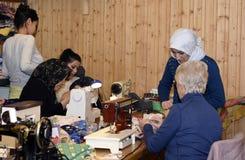 Mellansel, Suécia - fevereiro 02,2017: Refugiados e mulheres aposentadas t Foto de Stock Royalty Free