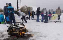 Mellansel Sverige - fördärvar 07,2018: Barn som gör nolla för snöskulpturer Royaltyfri Fotografi