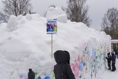 Mellansel Sverige - fördärvar 07,2018: Barn som har gyckel med snö gr Arkivfoto
