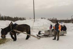 Mellansel Sverige - fördärvar 07,2018: Flyktingar som försöker en gammal väg av tr Arkivfoto