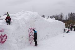 Mellansel, Zweden - Mars 07.2018: De jonge jongen probeert sneeuwgraffiti op a Royalty-vrije Stock Fotografie