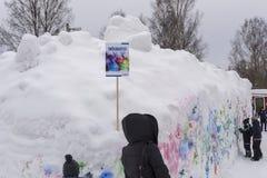 Mellansel, Zweden - Mars 07.2018: Kinderen die pret met sneeuw gr. hebben Stock Foto