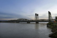 Mellanstatlig bro över Columbia River på skymning Royaltyfri Fotografi